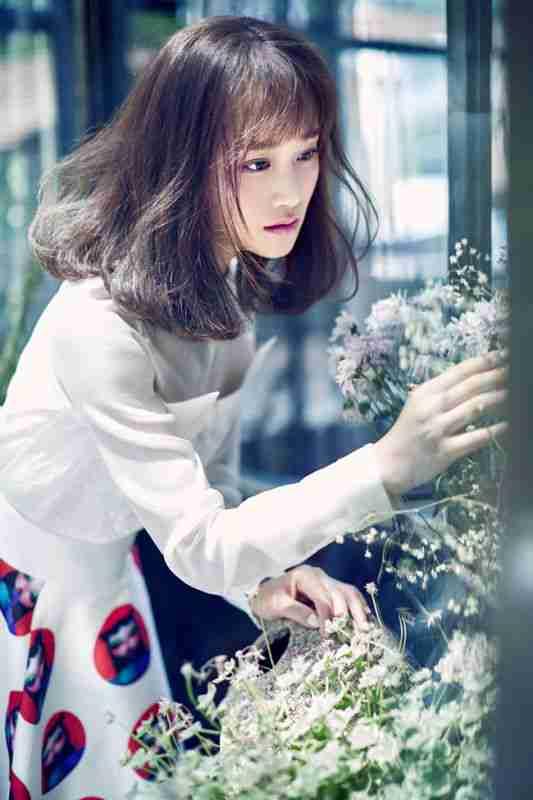 蓝盈莹与鲜花亮眼迷人写真大片