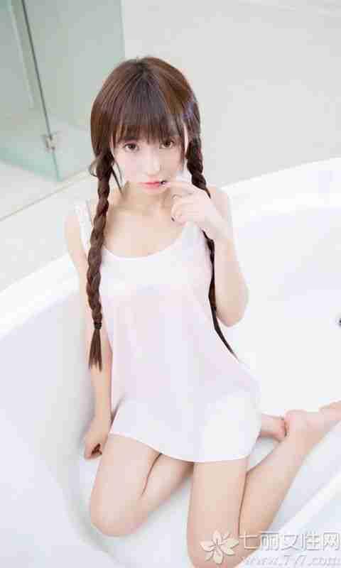 清纯可爱的小萝莉,穿着粉色吊带衣,常常的头发厚厚的齐刘海,精致的脸蛋,整个人看起来较小可爱。