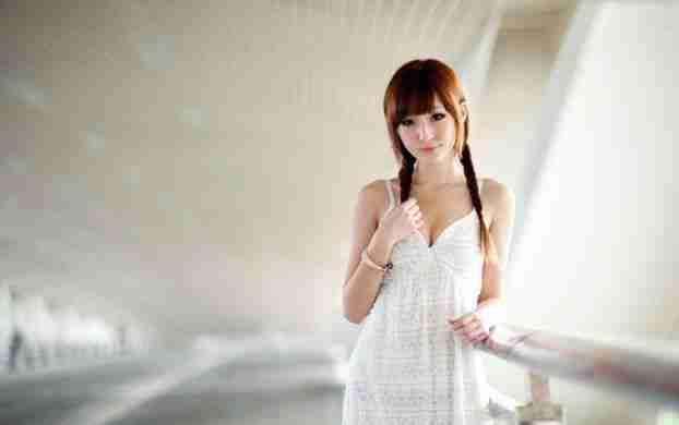 白裙少女清秀动人的气质