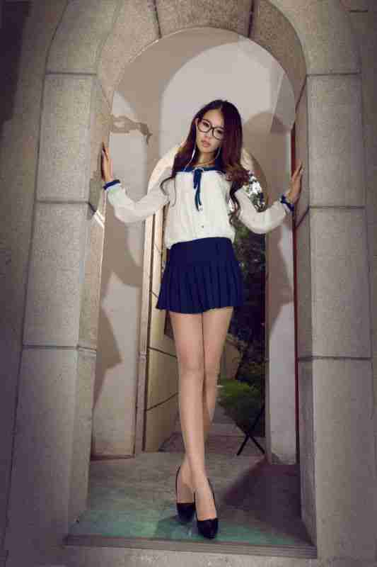 短裙长腿美女户外迷人写真