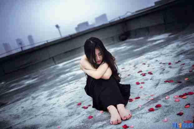 黑色性感长裙美女天台冷艳写真