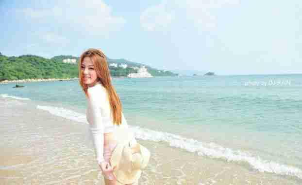 清新萌妹子阳光沙滩写真