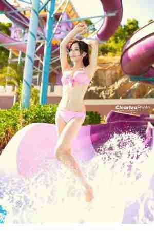 甜美女孩泳池性感酥胸长腿写真