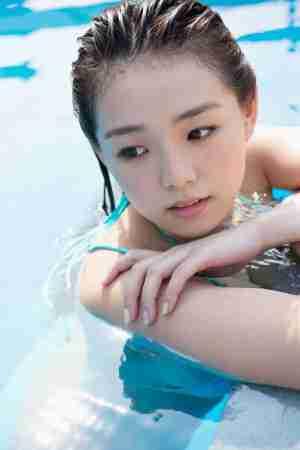 日本女优泳池比基尼清纯写真