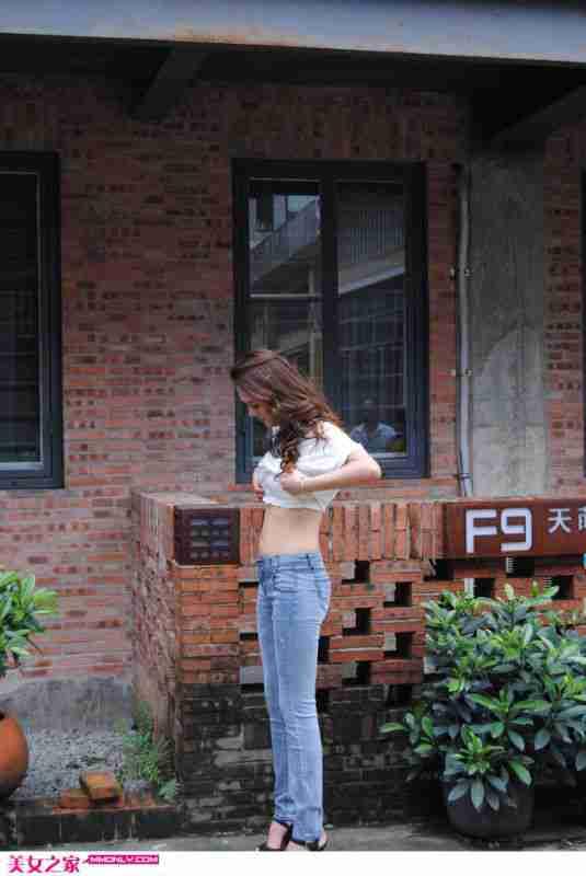 牛仔裤美女街边高清迷人写真