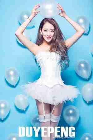 气质美女吊带白丝袜婚纱写真图片