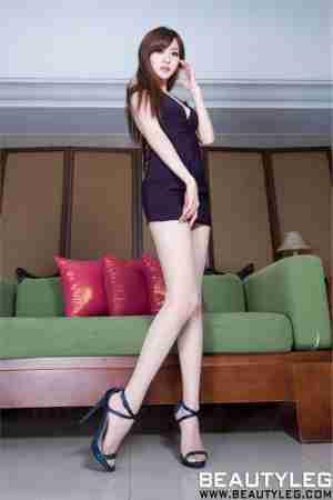 黑裙美女Lucy白嫩美腿诱人图