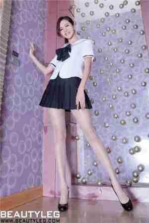 制服丝袜美女Olivia跷二郎腿性感姿势室内写真