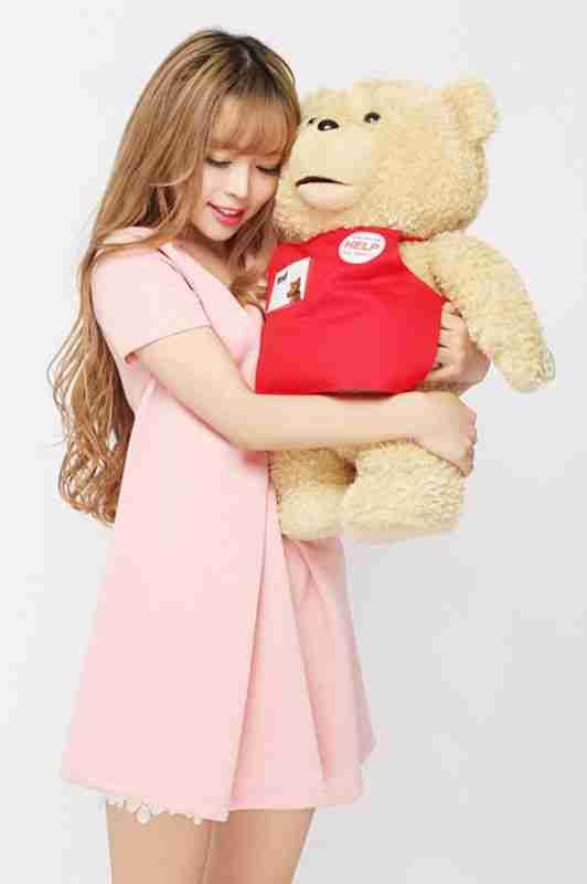 可爱裴紫绮迷人抱熊甜美写真