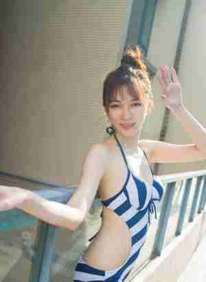 大胸萌妹子楚琪kiki比基尼清凉泳池极品人体-艺术写真