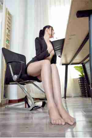 冷艳长腿美女秘书极致丝袜美腿诱惑写真