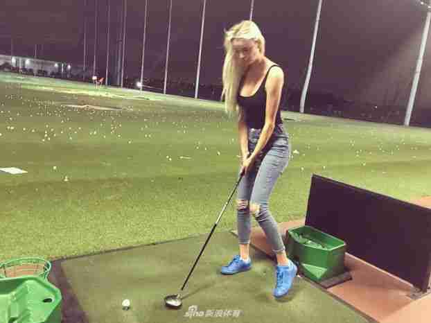 金发美女左手挥杆高尔夫冷艳迷人