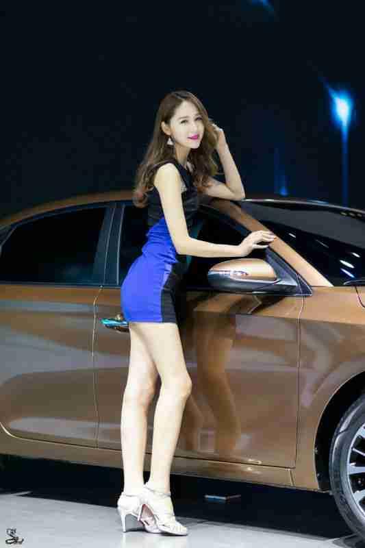 细腿高跟美女车模