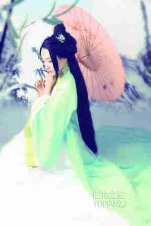 绿衣古装仙女 低头娇羞