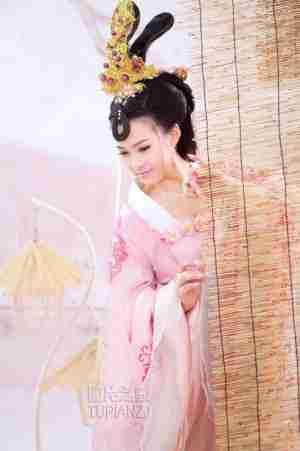 粉红浪漫古装美女图 娇羞低头