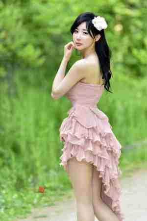 好身材美女户外抹胸裙秀香肩美腿