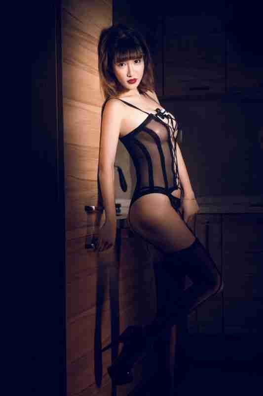性感美眉郭美美红袍配黑丝大秀制服诱惑满满大胆写真