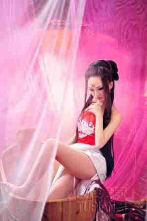 红衣少女洗浴图 白皙皮肤撩人心