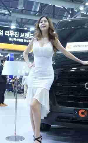 韩国车模:一席长裙,一抹淡转,气质宛如公主