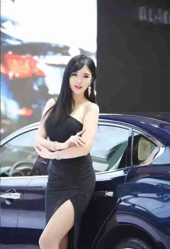 相貌甜美身材凹凸有致的性感韩国车模