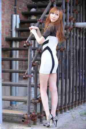 韩国萌妹子超短包臀裙大秀惹火曲线身材