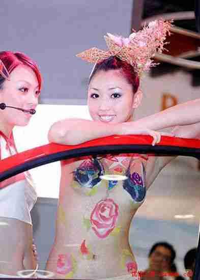 台北车展性感车模人体彩绘表演