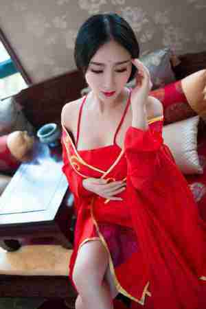 红衣古装美女妖艳撩人肚兜写真