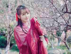 红衣少女户外赏梅图片  五官清秀