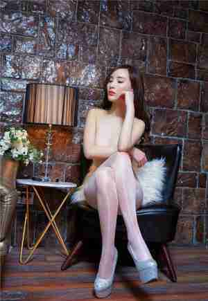 性感白色亮丝袜 美女土半裸人体大胆艺术照
