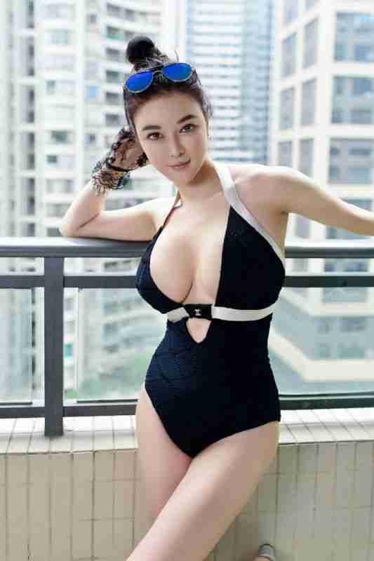 香港性感嫩模EVA 胸前大开巨乳尽现