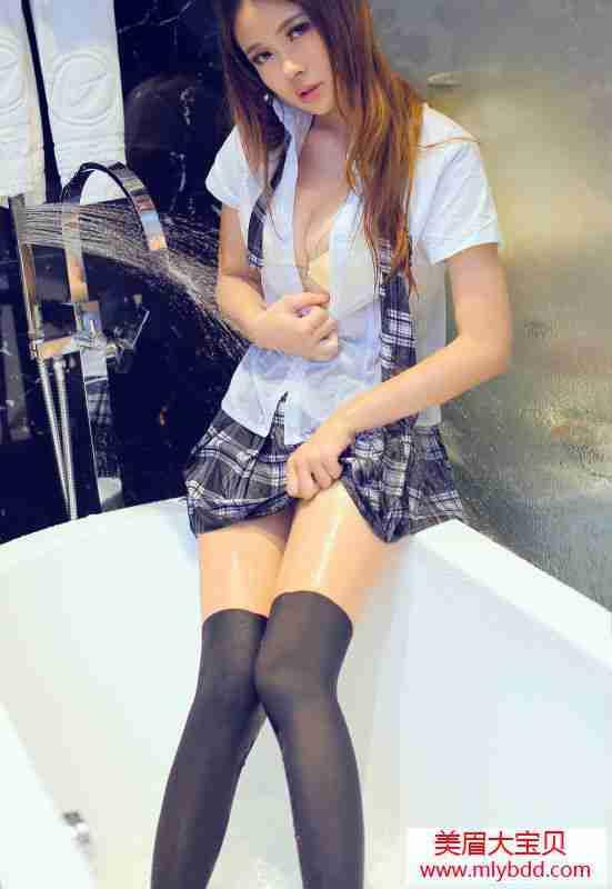 迷人妹浴室湿身。