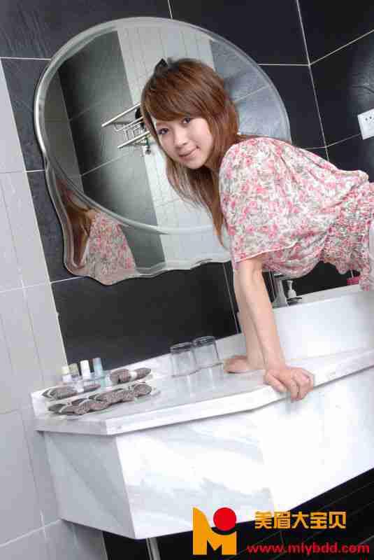 豹纹内衣白短裙