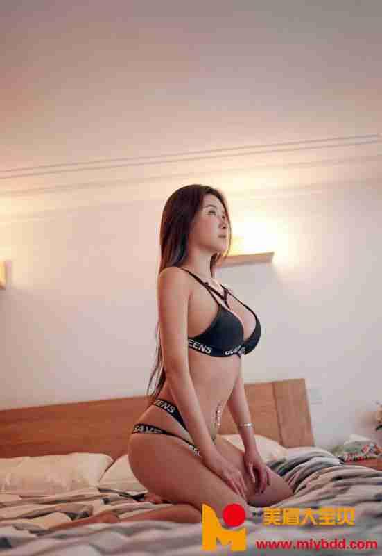 丰满大胸少妇性感长腿私房`