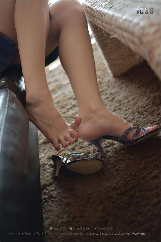 丝袜美腿靓女珊珊 - 裸足凉拖