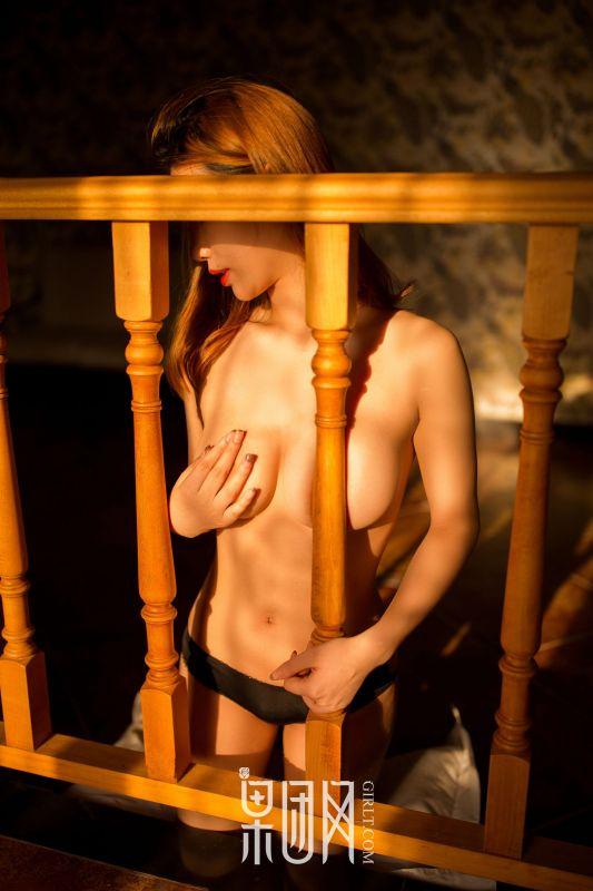 金发少女大胆露出,酥胸美背蜂腰翘臀美不胜收