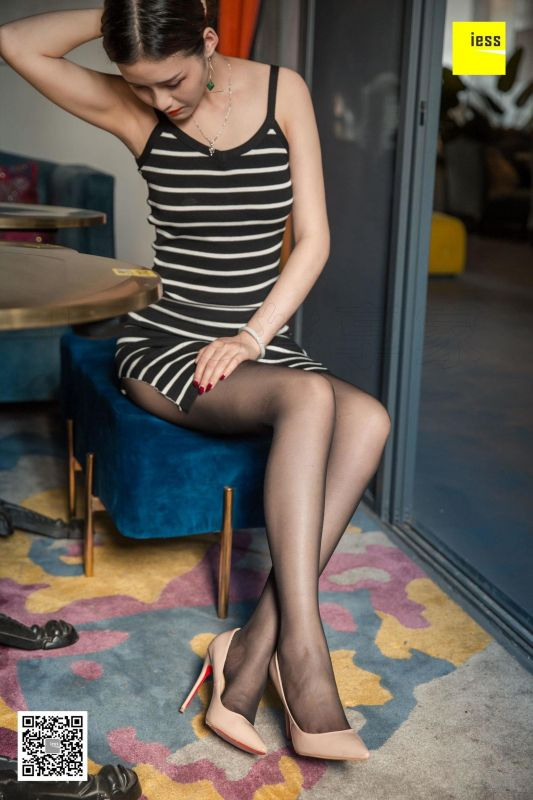 九妹 《九妹开衩裙黑-丝》丝袜美腿写真套图