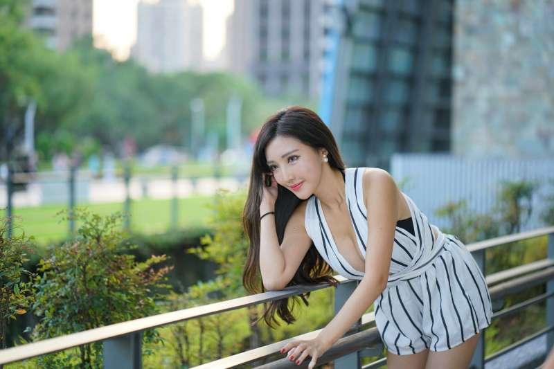 [台湾美女] 赵芸 - 台中美術館性感街拍