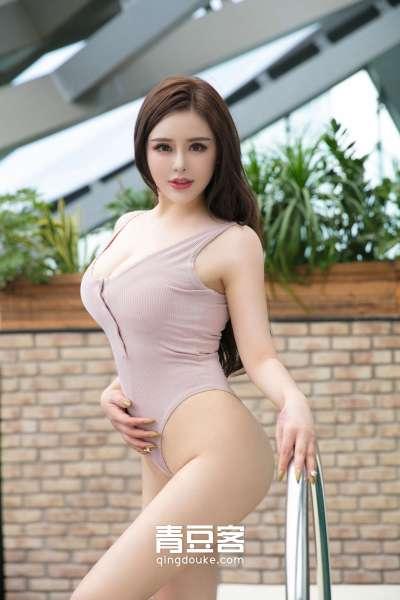 大眼美女金BABY户外泳池风情写真秀巨乳