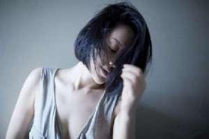 许晴穿低胸背心 微露香沟演绎性感美