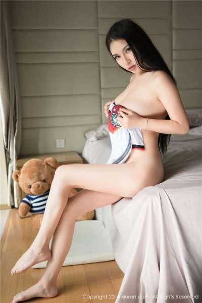 足球宝贝杨依私房大尺度酥胸美乳写真