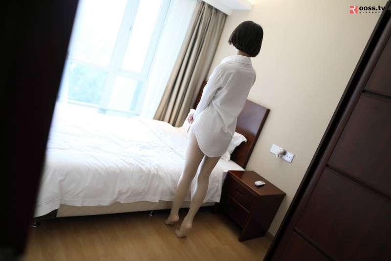 真空白衬衣美女超薄无内肉丝裤袜秀翘臀屁沟