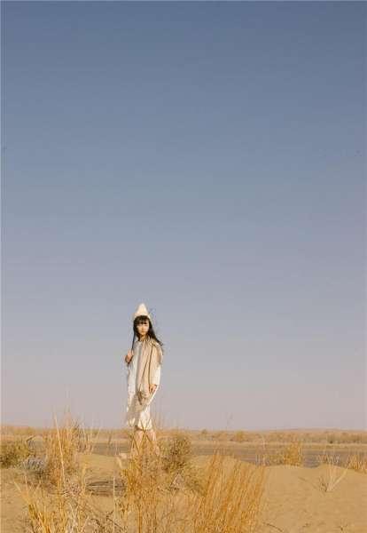 95后可爱清纯美女之应沙漠唯美写真照片