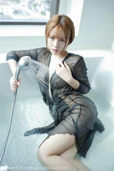 艾莉黑色透明制服酥胸美臀