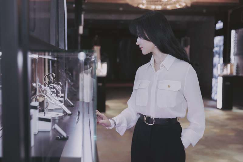 文静柔弱清新刘亦菲头戴奢美的钻石冠冕,变身漂亮的神仙姐姐