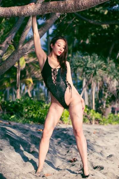 优美抢眼女神性感比基尼沙滩激情光芒四射
