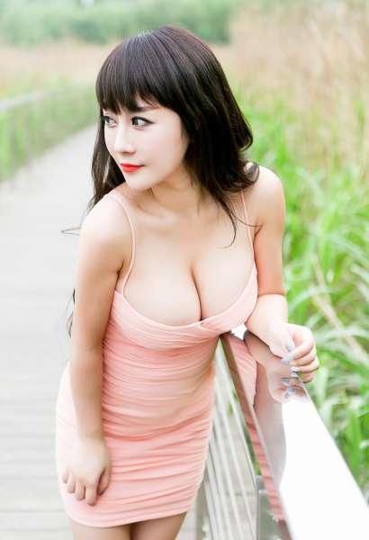 爆乳美女陈巧蓓 户外吊带裙露乳诱惑照
