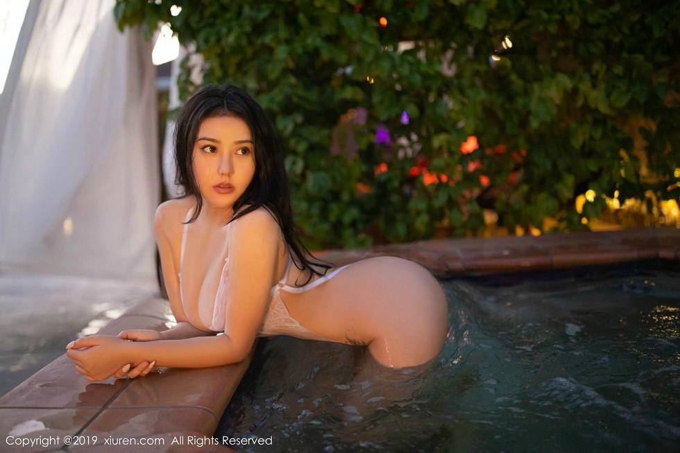 玛鲁娜泳池全裸秀丰乳肥臀