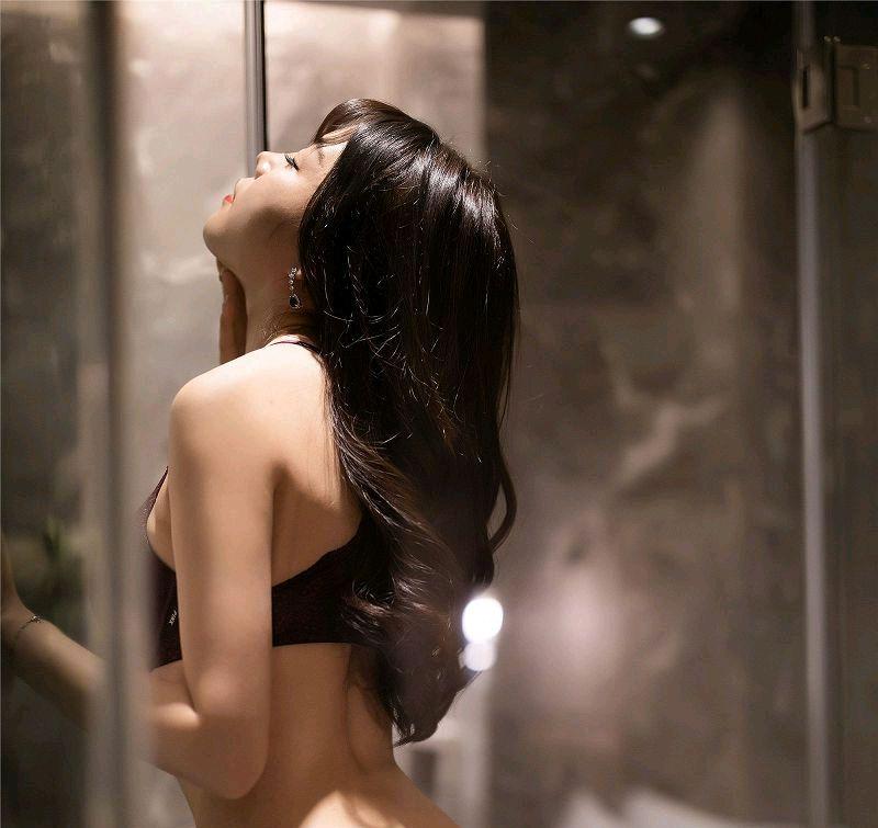 浴室中的黑丝