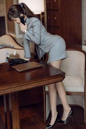 风骚秘书王雨纯真空裸露撅臀示爱