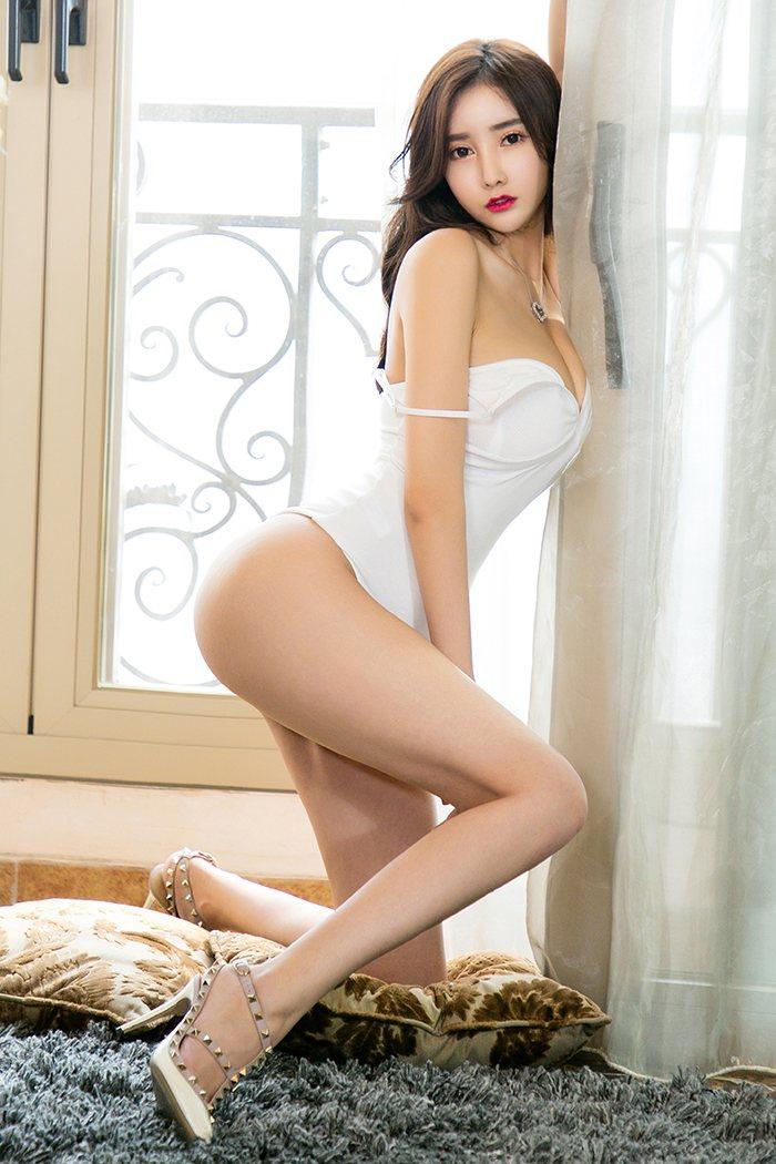 妖艳美女Silin翘臀美胸惹火私房图片